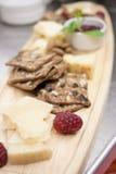 Queijo do estilo do restaurante e bandeja do biscoito Fotos de Stock Royalty Free