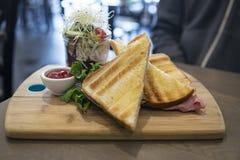 Queijo do presunto dos sanduíches com salada no frasco em uma placa de madeira imagens de stock royalty free