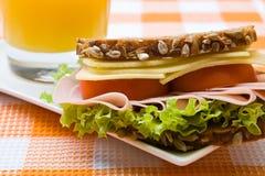 Queijo do wholemeal e sanduíche de presunto frescos Imagens de Stock Royalty Free