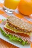 Queijo do wholemeal e sanduíche de presunto frescos Fotos de Stock