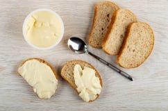 Queijo doce no frasco, partes de pão, sanduíches com queijo, colher na tabela Vista superior fotos de stock