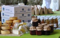 Queijo e doce em um mercado de rua contrário Imagem de Stock