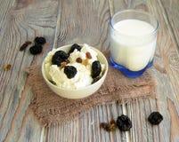 Queijo e leite de casa de campo fotos de stock royalty free