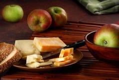 Queijo e maçãs Imagens de Stock
