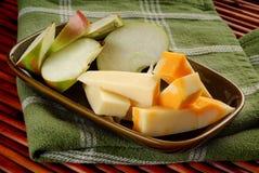 Queijo e maçãs Fotos de Stock