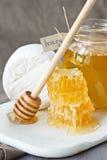 Queijo e mel. Fotografia de Stock