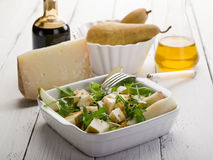 Queijo e salada das peras imagens de stock royalty free