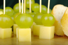 Queijo e uvas como Fingerfood Imagens de Stock Royalty Free
