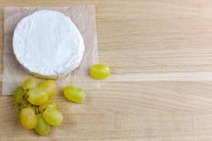 Queijo e uvas do camembert Imagem de Stock Royalty Free