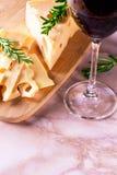 Queijo e vidro do vinho tinto Fotos de Stock