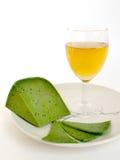 Queijo e vidro verdes do vinho em um fundo branco Ainda vida 1 Fotos de Stock