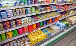Queijo em prateleiras do supermercado local do russo fotografia de stock