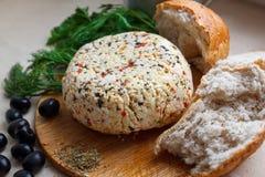 Queijo, ervas, azeitonas e pão caseiro Imagens de Stock