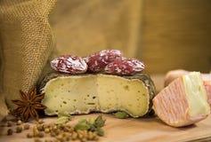 Queijo francês com especiarias Fotografia de Stock Royalty Free