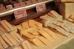 Queijo francês em um mercado em Paris Imagens de Stock Royalty Free
