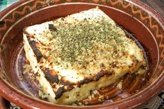 Queijo fritado búlgaro na placa tradicional Fotos de Stock Royalty Free