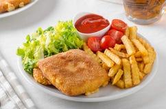 Queijo fritado com batatas fritas e alface foto de stock