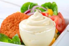 Queijo fritado com salada e maionese vegetais imagem de stock