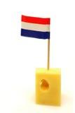 Queijo holandês com uma bandeira holandesa pequena Imagem de Stock