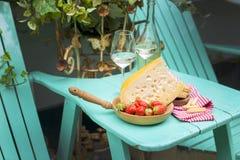 Queijo holandês e morangos Vinho branco dois vidros Uma tabela com um petisco em um partido férias Lugar para o texto Copie o esp fotos de stock royalty free