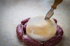 Queijo inteiro com salsichas foto de stock