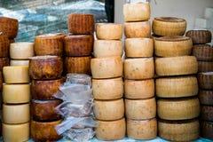 Queijo italiano tradicional exposto para a venda Imagens de Stock