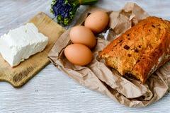 Queijo, leite, pão e ovos imagens de stock