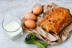 Queijo, leite, pão e ovos imagem de stock