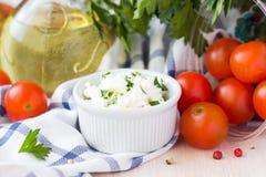 Queijo macio branco, feta, cabra na bacia com tomates, salsa Fotografia de Stock