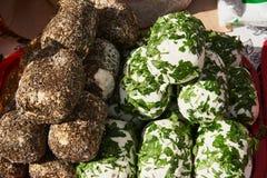 Queijo macio branco nas especiarias e nos verdes fotografia de stock royalty free