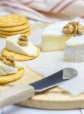 Queijo macio do brie com biscoitos e porcas Fotografia de Stock