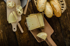 Queijo maduro delicioso com baguette e vinho friáveis Imagem de Stock