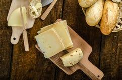 Queijo maduro delicioso com baguette e vinho friáveis Imagens de Stock