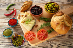 Queijo mediterrâneo das azeitonas do óleo do pão do alimento Fotografia de Stock