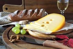 Queijo, pão, uvas e copo de vinho de Maasdam Imagens de Stock Royalty Free