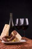 Queijo, salsichas e vinho Fotos de Stock