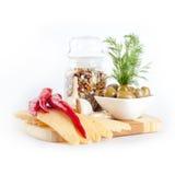 Queijo, sopa de feijão, azeitonas e pimentões em uma placa de madeira foto de stock