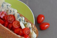 Queijo Stilton e Cherry Tomato Sub Roll Fotografia de Stock Royalty Free