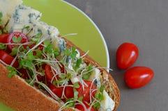 Queijo Stilton e Cherry Tomato Sub Roll Fotografia de Stock