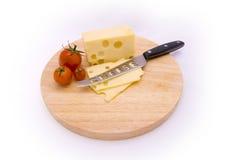 Queijo, tomates e faca Fotos de Stock Royalty Free