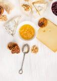 Queijo vário com molho de mostarda do figo em de madeira branco Fotografia de Stock Royalty Free