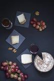 Queijo, vinho e uvas Foto de Stock