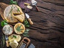 Queijos caseiros no fundo de madeira foto de stock royalty free