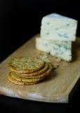 Queijos de Stilton do Roquefort com biscoitos Fotos de Stock Royalty Free