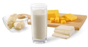 Queijos e leite dos produtos de leiteria no corte fotografia de stock royalty free