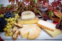 Queijos franceses com uvas Fotografia de Stock Royalty Free