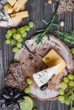 Queijos na madeira Foto de Stock