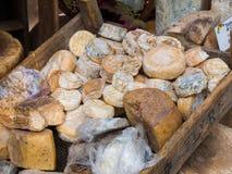 Queijos naturais da montanha do artesão com o molde na casca Foto de Stock Royalty Free