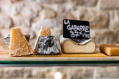 Queijos no contador de uma loja pequena Paris, France Imagens de Stock Royalty Free