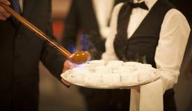 Queimada, das heißen Alkoholgetränkkellner in der Hochzeit brennt Lizenzfreie Stockbilder